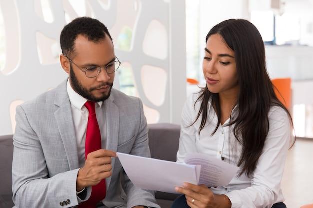 Geschäftsfrau, die rechtsexperten konsultiert