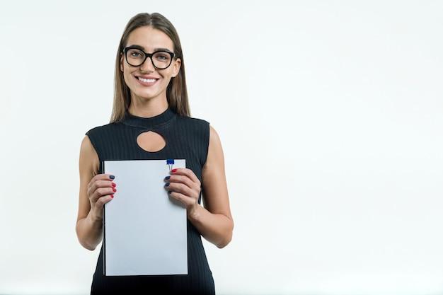 Geschäftsfrau, die sauberes weißes dokument zeigt