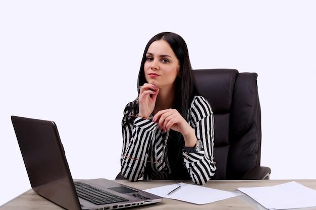 Geschäftsfrau, die schock bekommt, internetnachrichten auf ihrem laptop beobachtend
