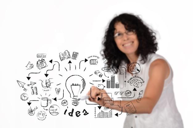 Geschäftsfrau, die strategische ideenskizze zeichnet