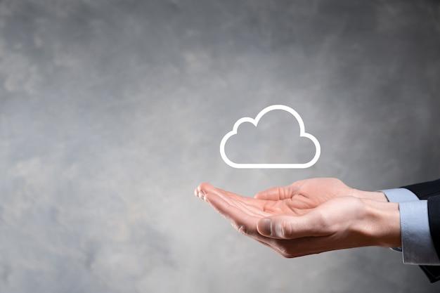 Geschäftsfrau, die symbol cloud computing-netzwerk und symbol verbindungsdateninformationen in der hand hält.