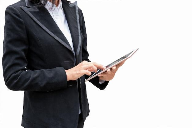 Geschäftsfrau, die tablette hält und auf anzeige sich berührt