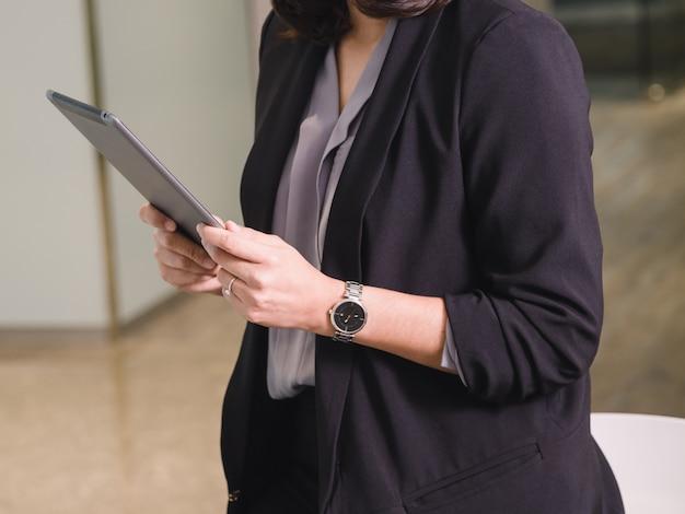 Geschäftsfrau, die tablette in ihrem büro verwendet