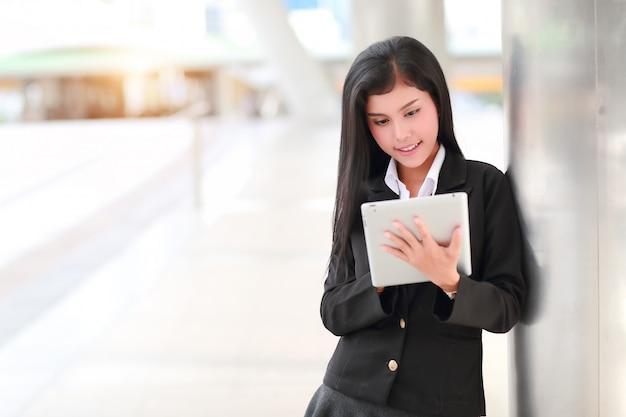 Geschäftsfrau, die tablette verwendet