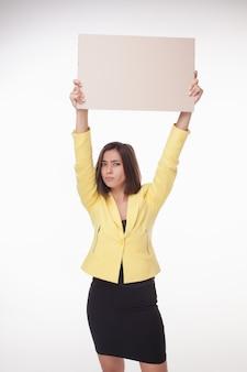 Geschäftsfrau, die tafel oder fahne mit kopienraum auf weiß zeigt