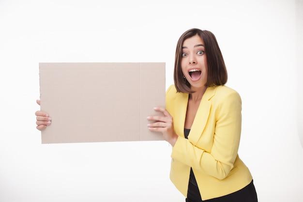 Geschäftsfrau, die tafel oder fahne mit kopienraum auf weißem hintergrund zeigt