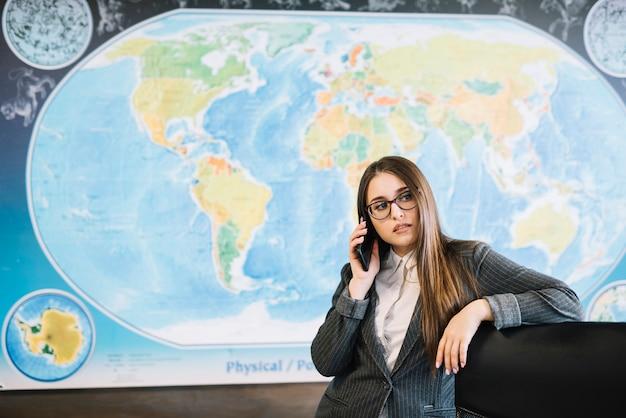 Geschäftsfrau, die telefonisch im büro spricht
