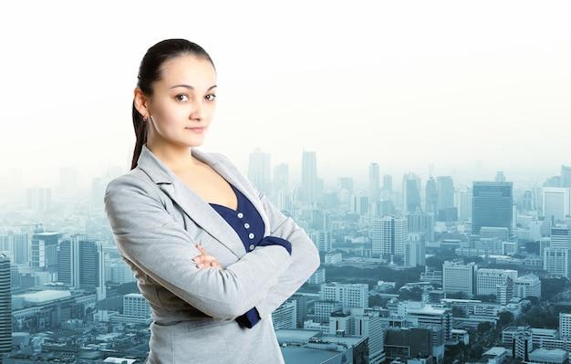 Geschäftsfrau, die über stadtansicht bleibt