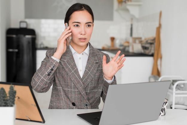 Geschäftsfrau, die über telefon spricht