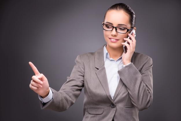 Geschäftsfrau, die virtuelle knöpfe im geschäftskonzept bedrängt