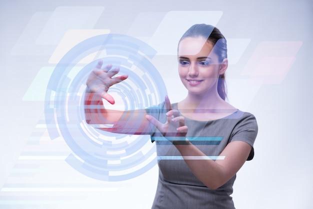 Geschäftsfrau, die virtuelle knöpfe in futuristischem bedrängt
