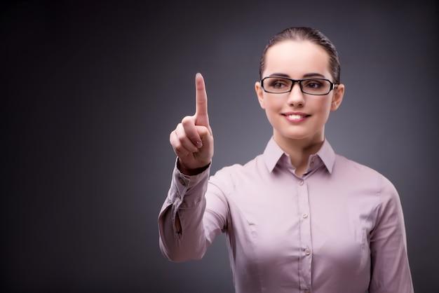 Geschäftsfrau, die virtuellen knopf im geschäft bedrängt Premium Fotos