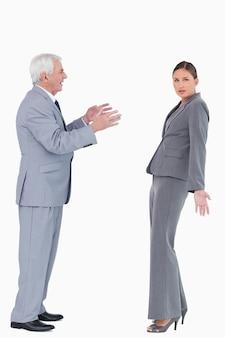 Geschäftsfrau, die vom kollegen beschuldigt wird