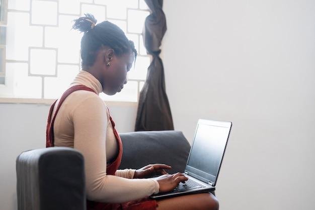 Geschäftsfrau, die von ihrem wohnzimmer aus arbeitet