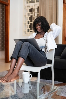 Geschäftsfrau, die von zu hause aus arbeitet