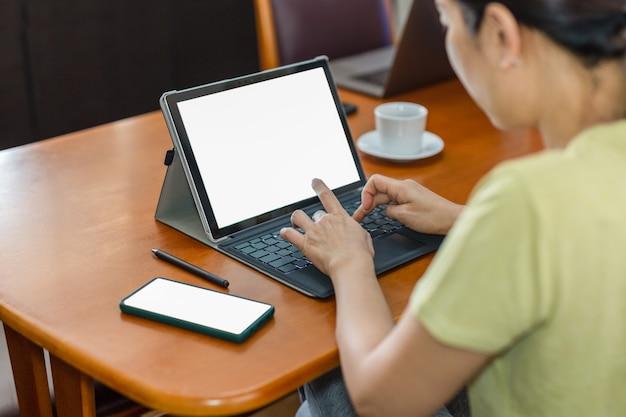 Geschäftsfrau, die von zu hause aus mit laptop-computer arbeitet.
