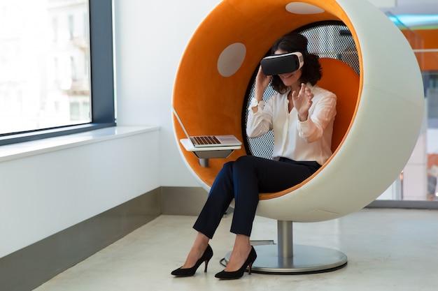 Geschäftsfrau, die vr-software im studio prüft