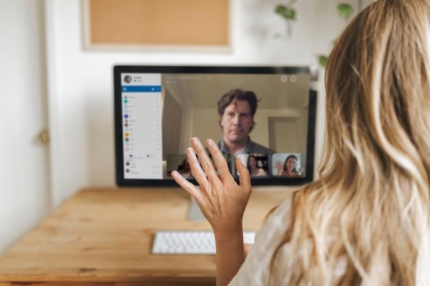 Geschäftsfrau, die während der coronavirus-quarantäne eine videokonferenz mit kollegen hat