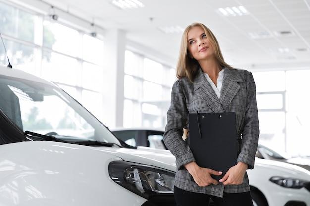 Geschäftsfrau, die weg mittleren schuss schaut