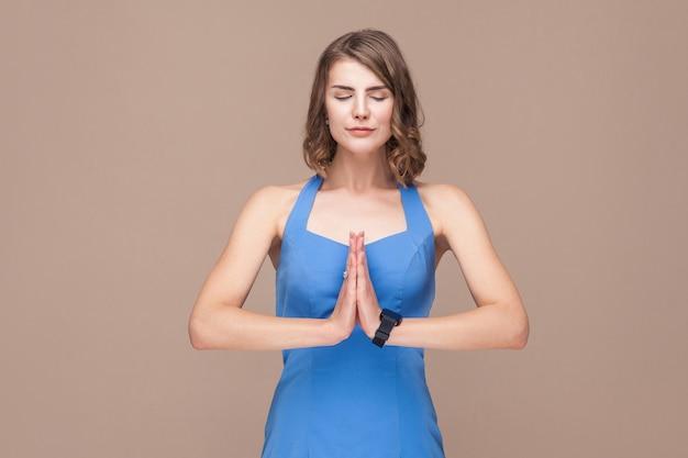 Geschäftsfrau, die yogahaltung tut und betet. studioaufnahme