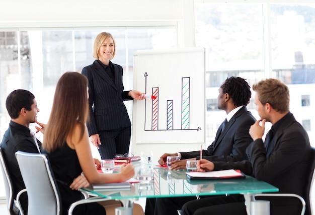 Geschäftsfrau, die zu den verkäufen in einem seminar berichtet