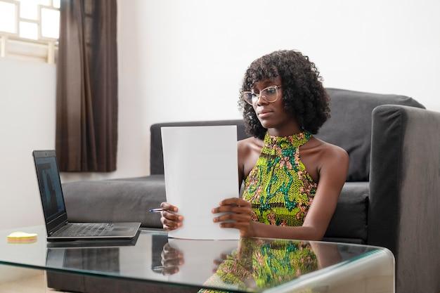 Geschäftsfrau, die zu hause online arbeitet
