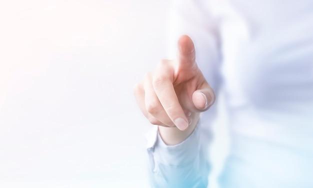 Geschäftsfrau drückt auf transparenten touchscreen. neue technologie
