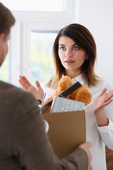 Geschäftsfrau erhält kiste mit ihren sachen