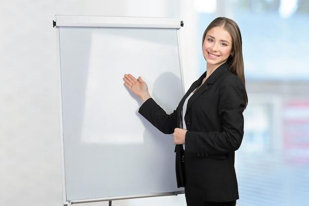 Geschäftsfrau erklären am whiteboard