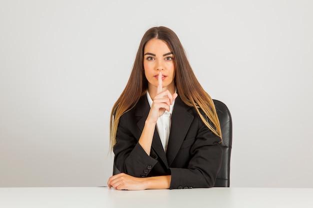 Geschäftsfrau fragt nach stille