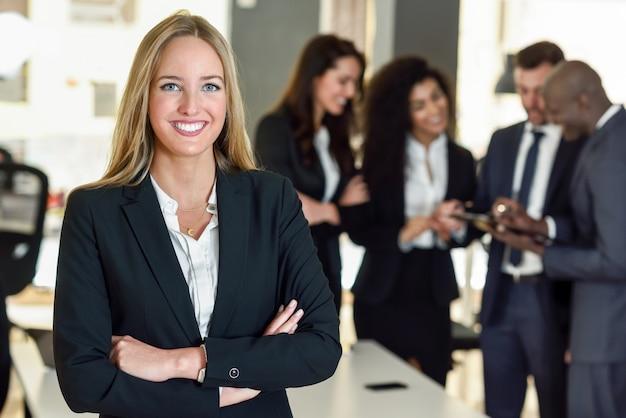 Geschäftsfrau führer im modernen büro mit geschäftsleuten workin