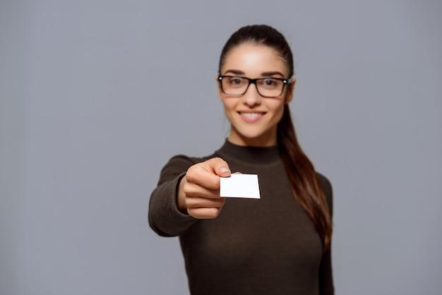 Geschäftsfrau geben ihnen visitenkarte