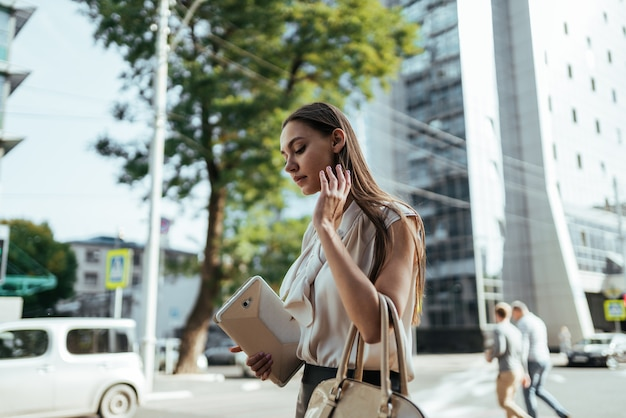 Geschäftsfrau geht um bürozentrum