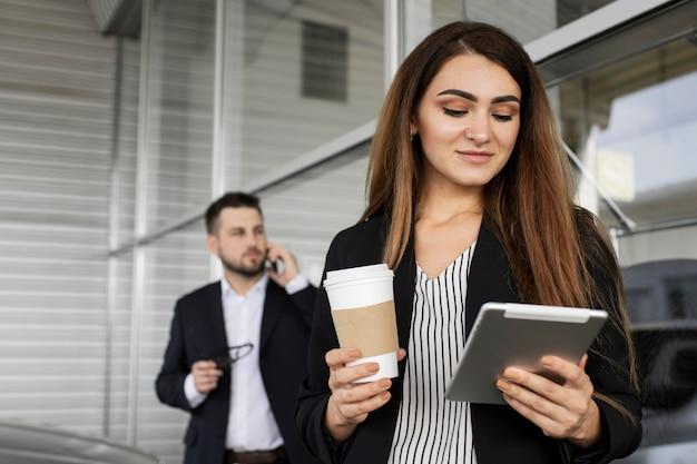 Geschäftsfrau genießt tag im büro