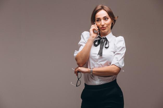 Geschäftsfrau getrennt, am telefon sprechend