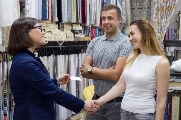 Geschäftsfrau gibt paarbesuchskarte rüttelt hände