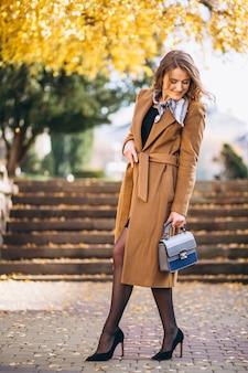 Geschäftsfrau glücklich im mantel in der straße