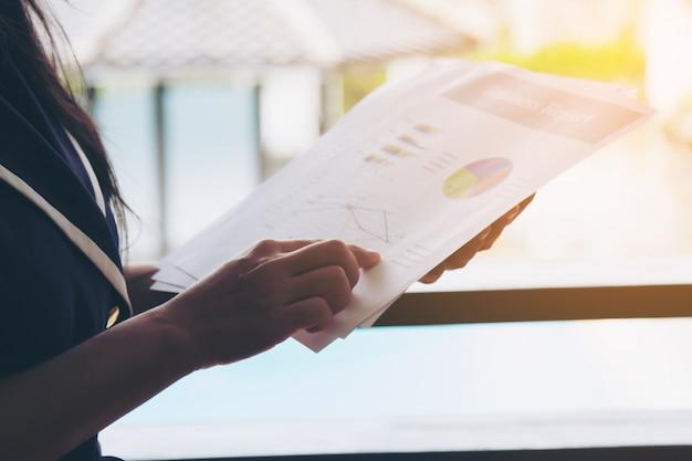 Geschäftsfrau hält dokument