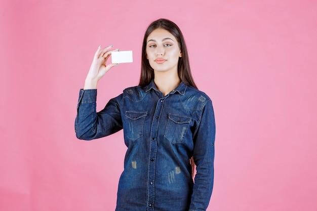 Geschäftsfrau hält und präsentiert ihre neue visitenkarte