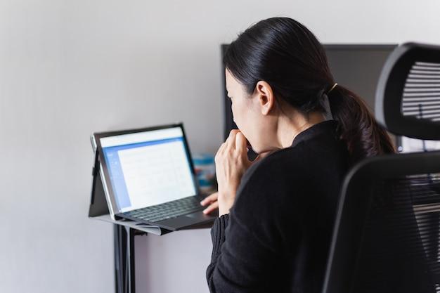 Geschäftsfrau hände, die auf laptop-tastatur tippen.