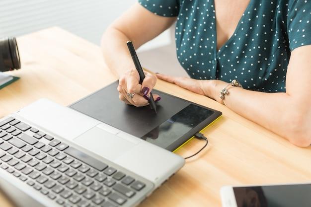 Geschäftsfrau hände, die digitales tablett halten, das zeichnen der skizze