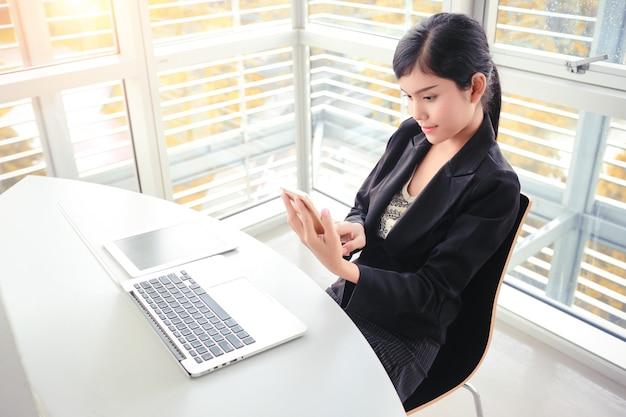 Geschäftsfrau hände mit smartphone und touchscreen