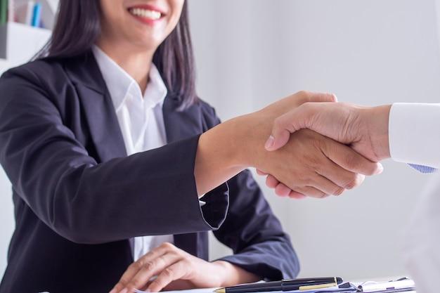 Geschäftsfrau händeschütteln im büro