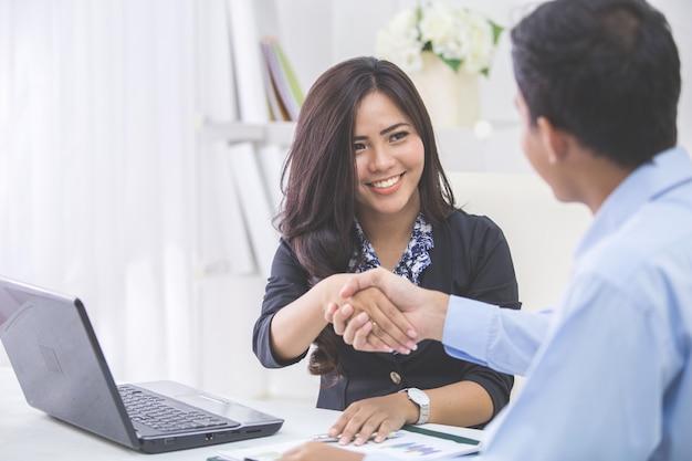 Geschäftsfrau händeschütteln