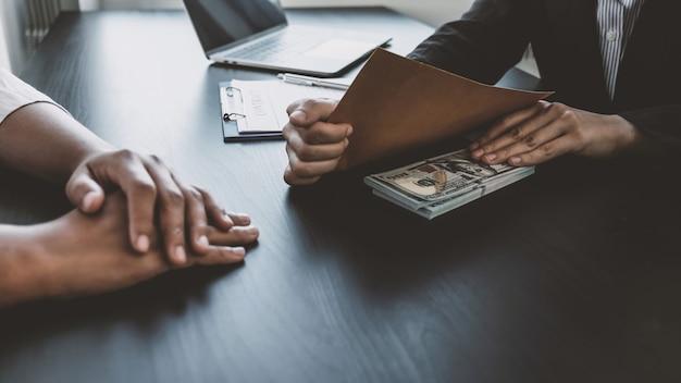 Geschäftsfrau hand, die bestechungsgelder an regierungsbeamte hält, unterzeichnen verträge für geschäftsprojekte