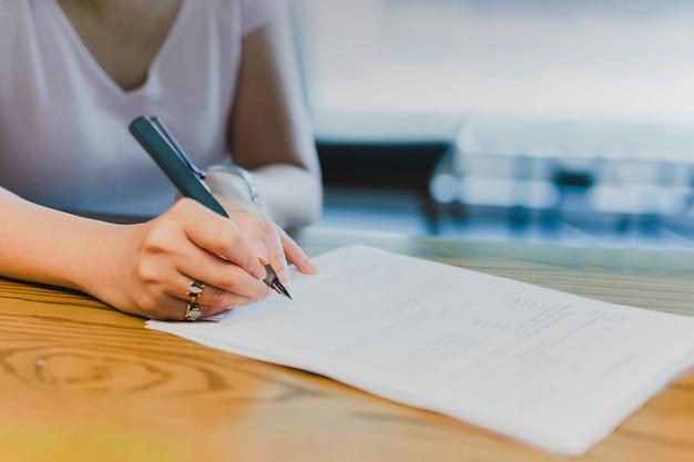 Geschäftsfrau hand unterzeichnung rechtsdokumente finanzvertrag.