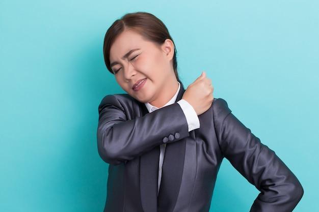 Geschäftsfrau hat schulterschmerzen