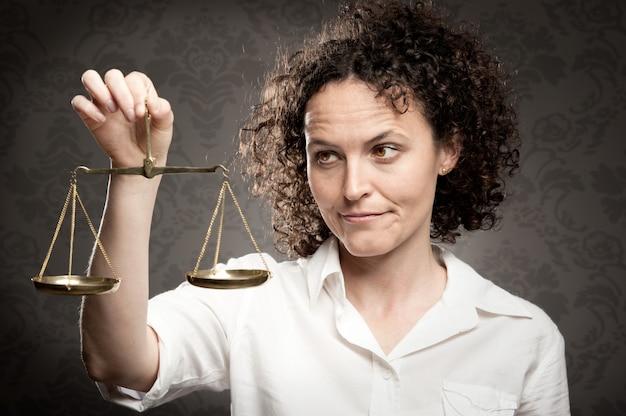 Geschäftsfrau holding gerechtigkeit skala