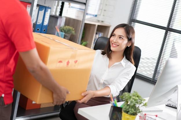 Geschäftsfrau holen sie sich die box