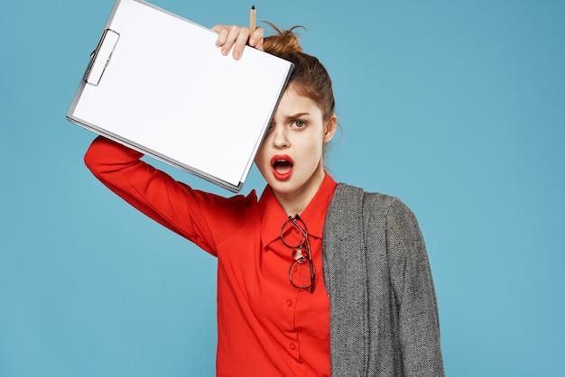 Geschäftsfrau im anzug dokumentiert exekutivstudio. hochwertiges foto